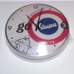 Orologio da parete Vespa Piaggio, diametro cm 32, cornice in metallo, vetro bombato e movimento al quarzo.