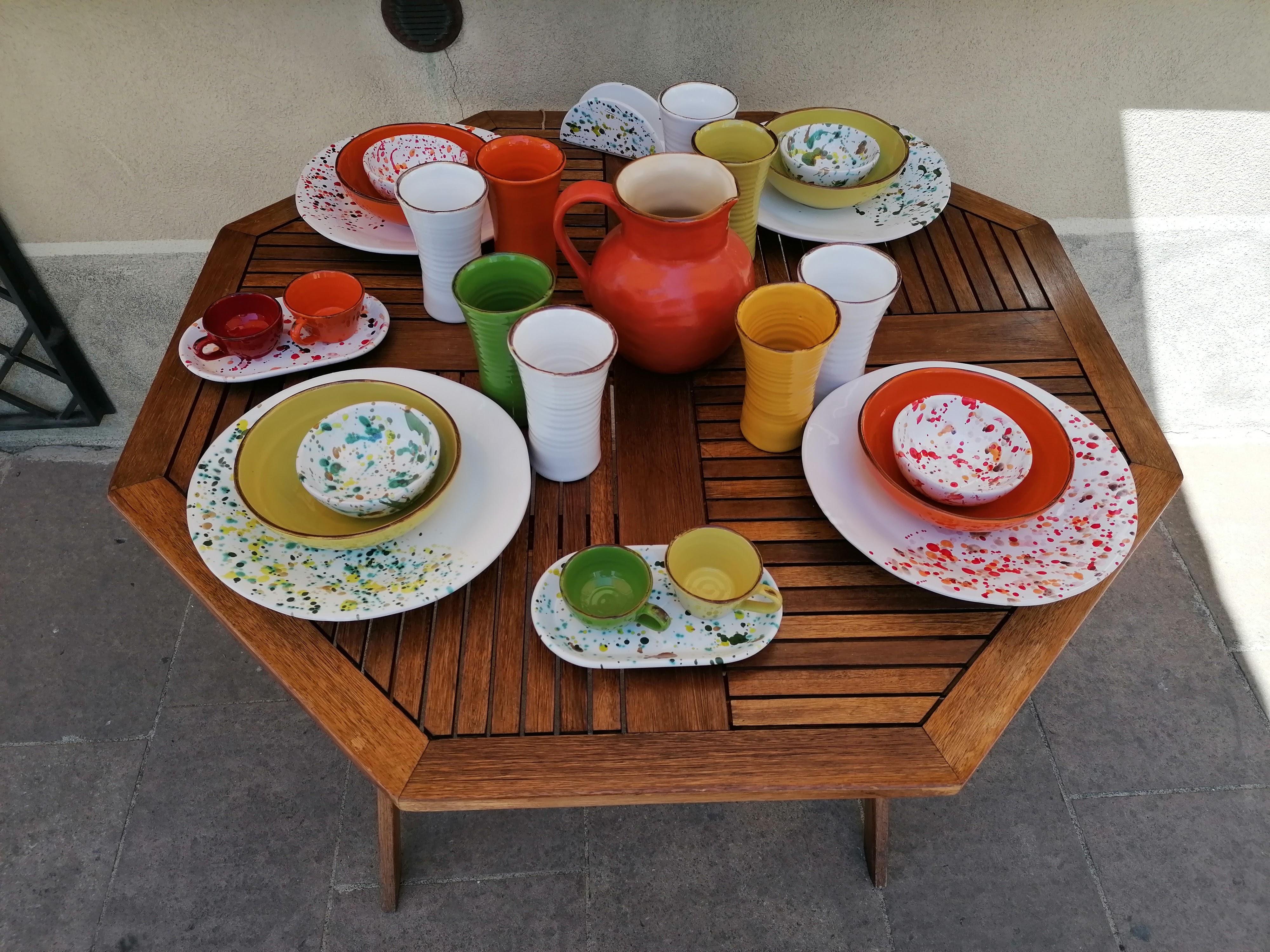 """Tavola con linea piatti e accessori di ceramica artistica """"Le Lentiggini di LifeStyle"""""""