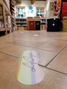 Percorso sicuro all'interno del negozio di ceramiche e artigianato di LifeStyle. LifeStyle è covidfree.